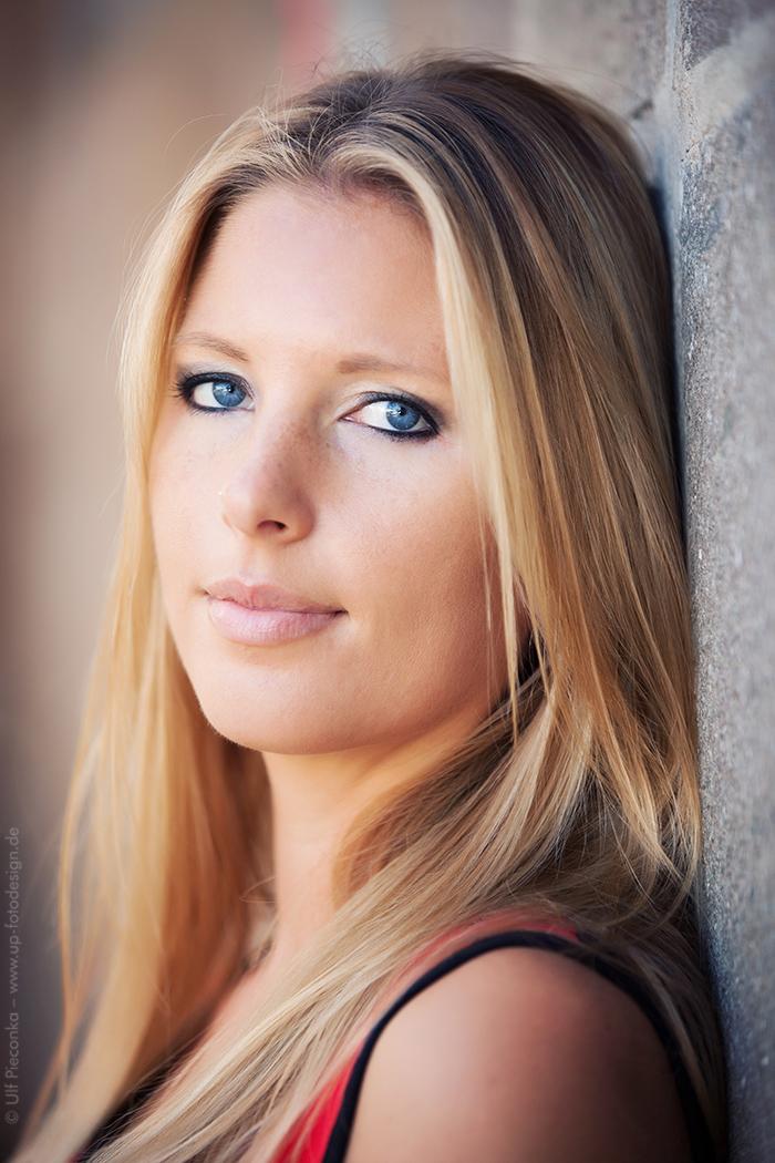 Portrait einer jungen Frau outdoor